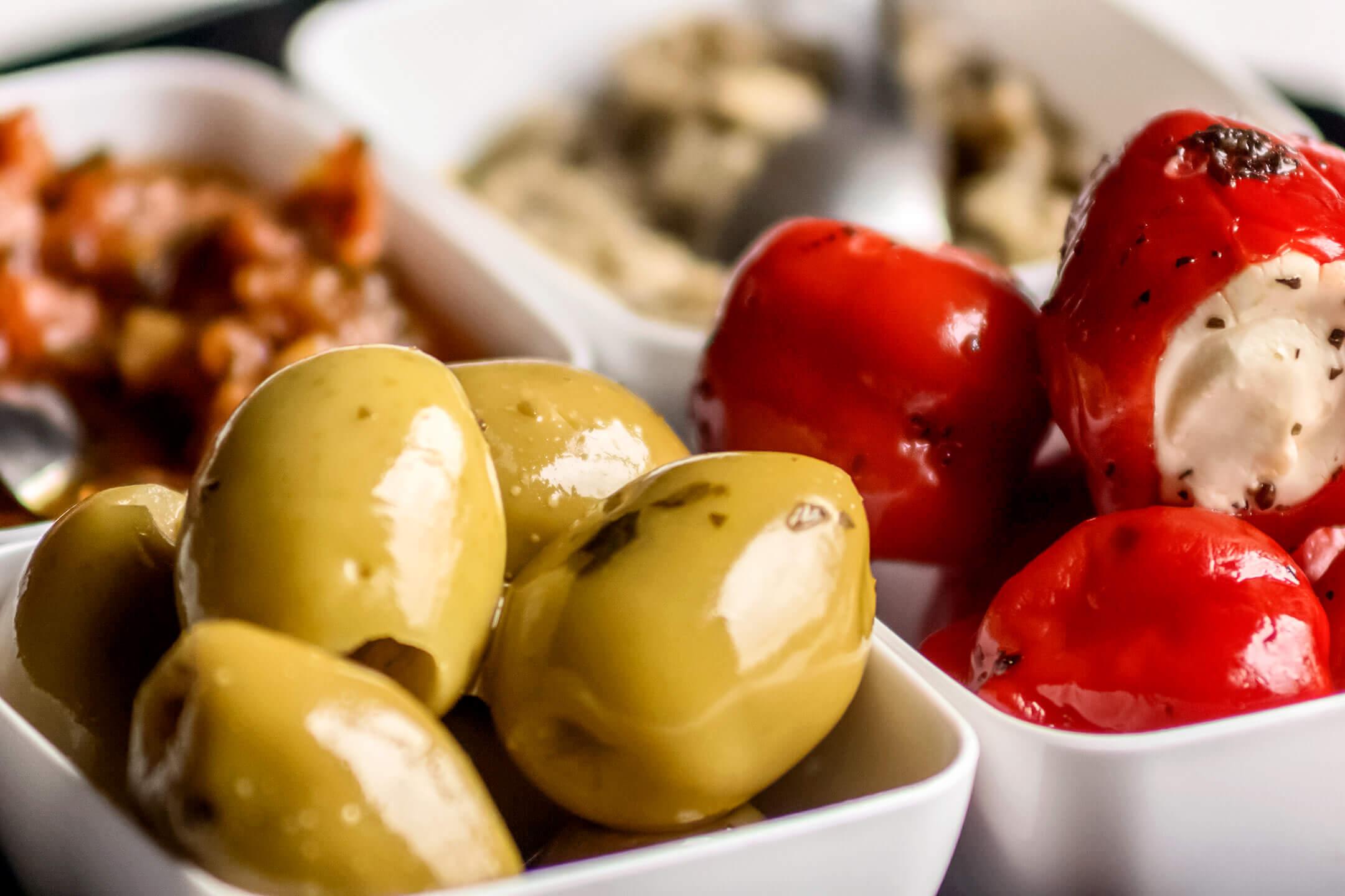 Tapas olijven gevulde pepers.